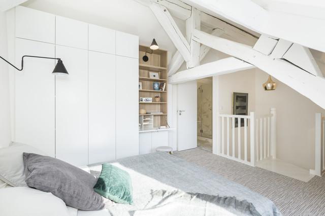 Chambre avec poutres apparentes peintes en blanc ...