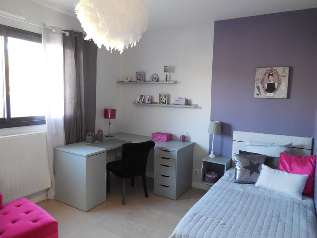 chambre de fille dans les tons violet et gris. Black Bedroom Furniture Sets. Home Design Ideas