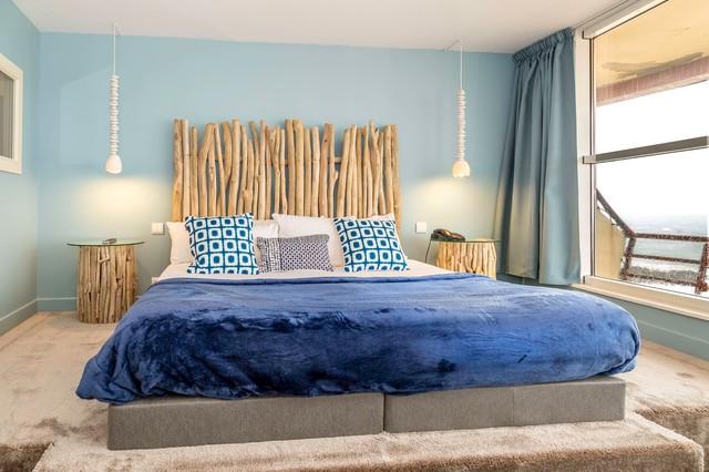 288d198e5a3 Idées déco pour une grande chambre bord de mer avec un mur bleu.