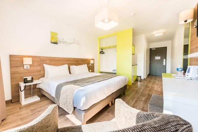 combo hotel. Black Bedroom Furniture Sets. Home Design Ideas