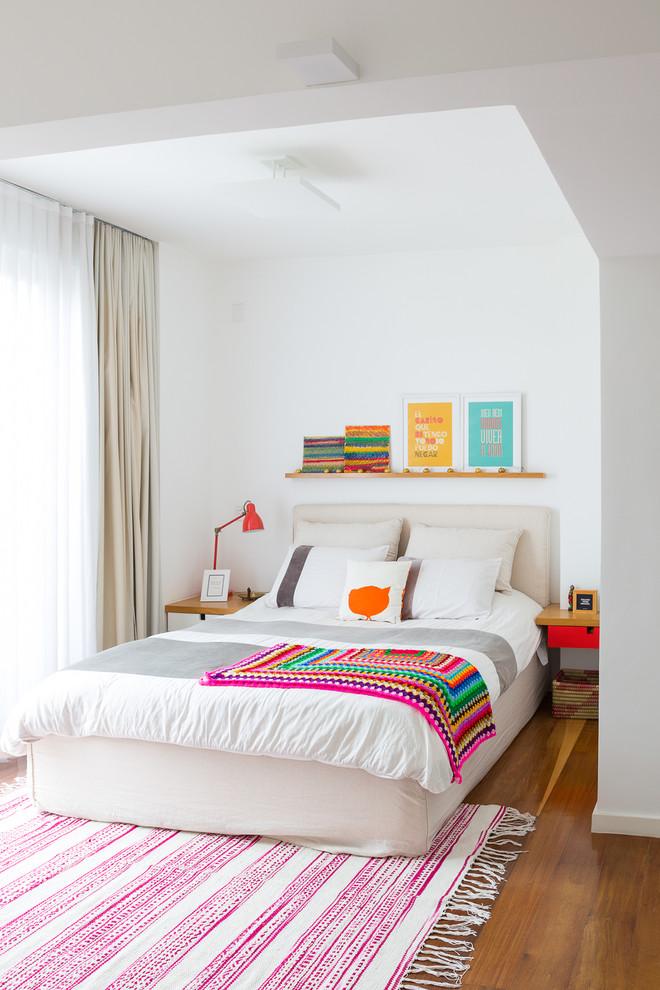 Idée de décoration pour une chambre nordique avec un mur blanc et un sol marron.
