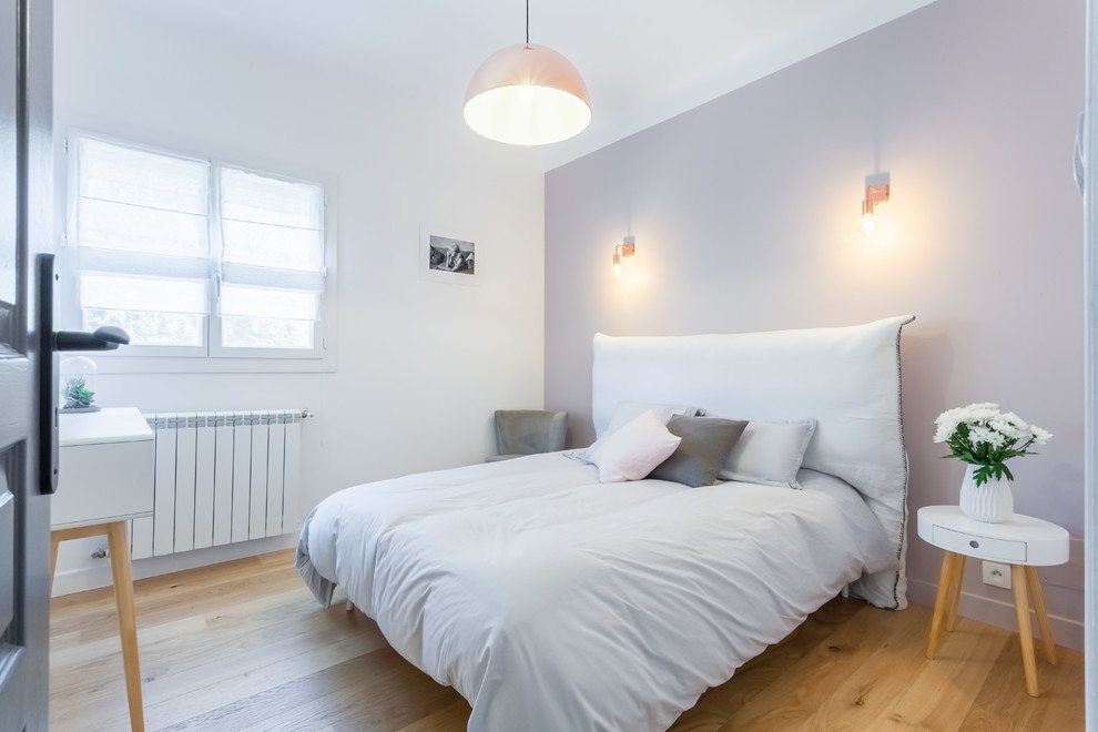 Inspiration for a scandinavian guest light wood floor and beige floor bedroom remodel in Marseille with white walls