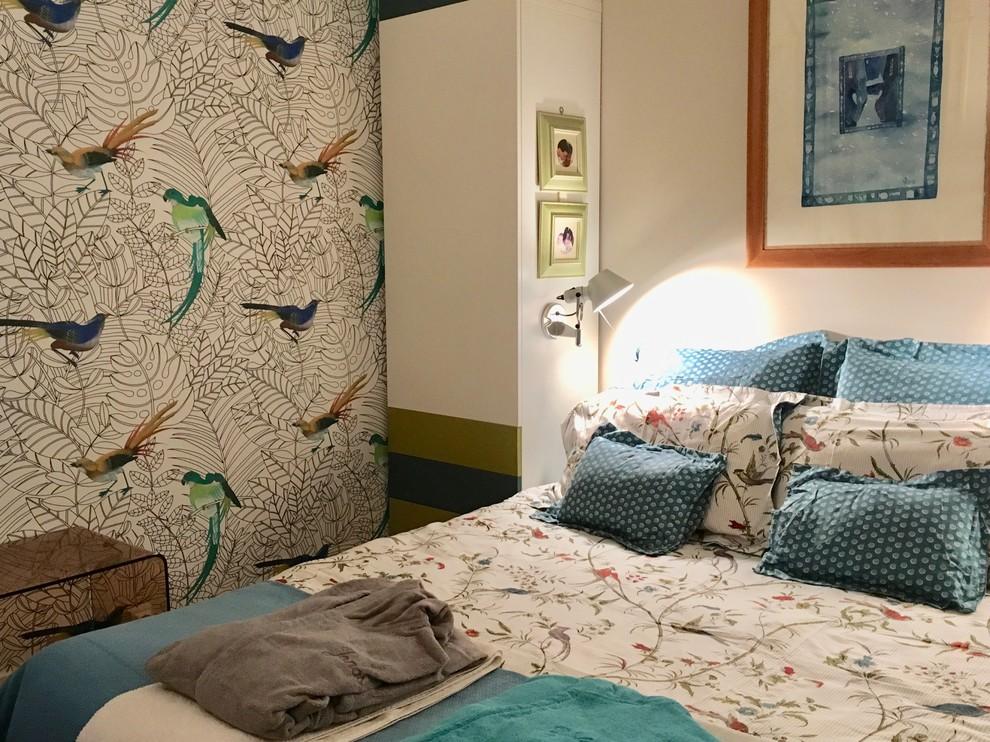Inspiration pour une petit chambre marine avec un mur beige et un sol en bois brun.