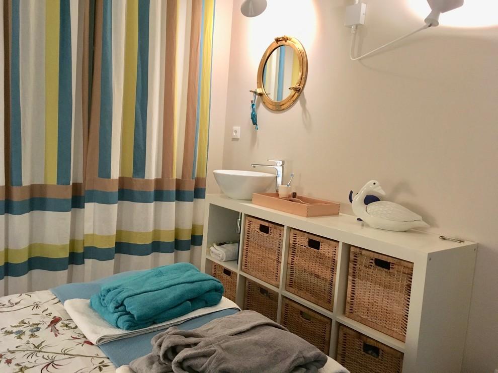 Idée de décoration pour une petit chambre marine avec un mur beige et un sol en bois brun.