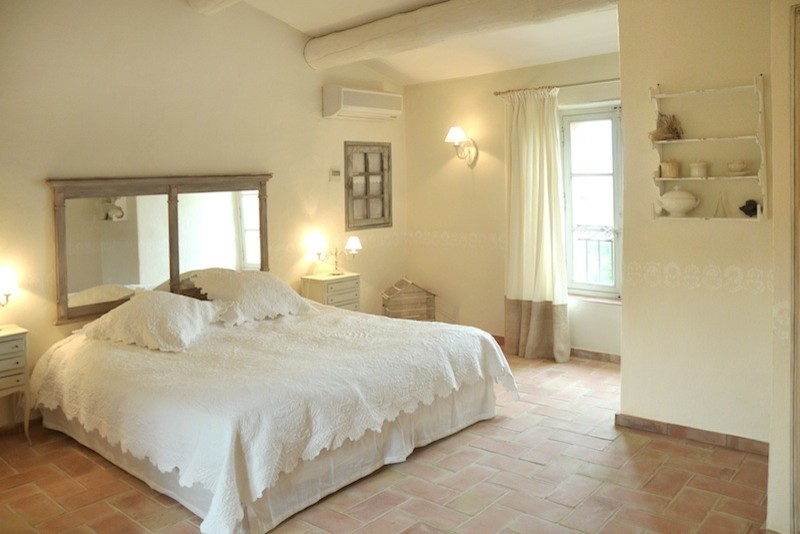 Example of a classic bedroom design in Marseille