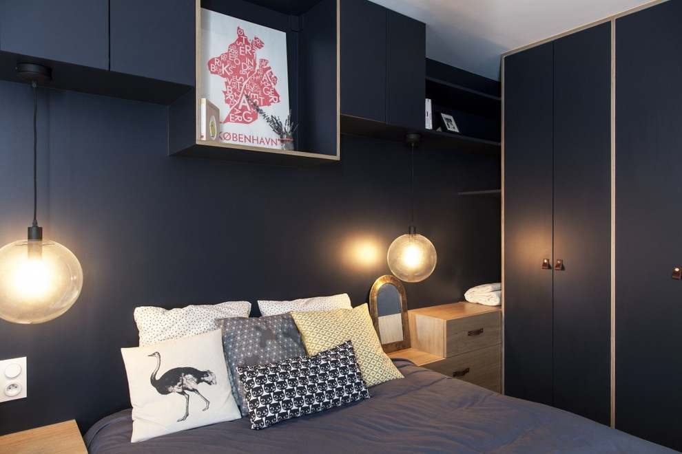 Inspiration for a scandinavian bedroom remodel in Paris with black walls and no fireplace