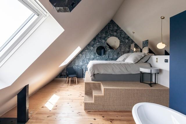 Accentuer un défaut ou une particularité architecturale, c'est le rôle de ce papier peint original, qui devient un élément principal de la décoration de cette chambre