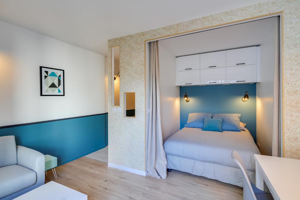 Inspiration pour une petite chambre parentale traditionnelle avec un mur bleu et sol en stratifié.