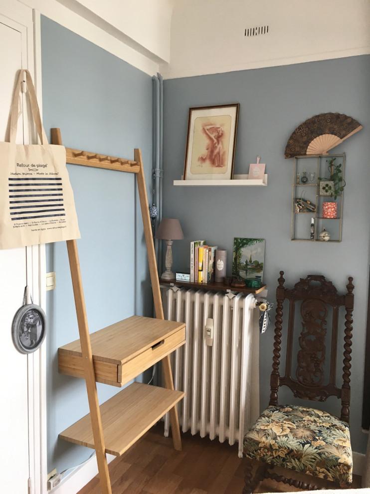 Diseño de dormitorio principal, tradicional renovado, pequeño, sin chimenea, con paredes azules, suelo de madera clara y suelo marrón