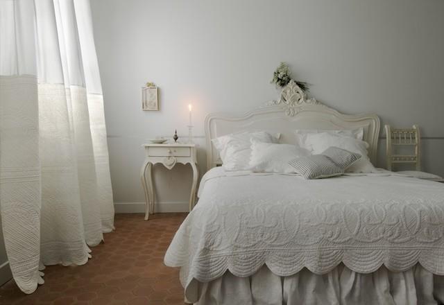 White white classique chambre marseille par for Chambre a coucher style provencal