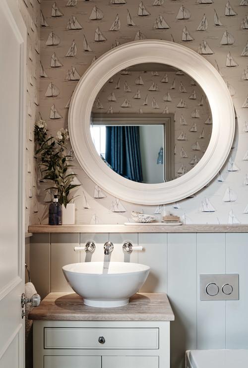 cuarto de baño con papel pintado estilo marinero