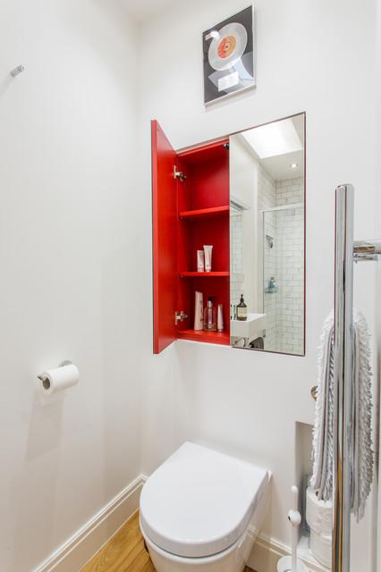 Idée de décoration pour un petit WC et toilettes design avec un WC suspendu, un mur blanc et un sol en bois brun.