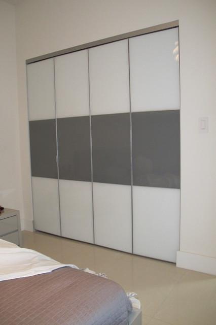 Charmant Example Of A Minimalist Closet Design In Miami