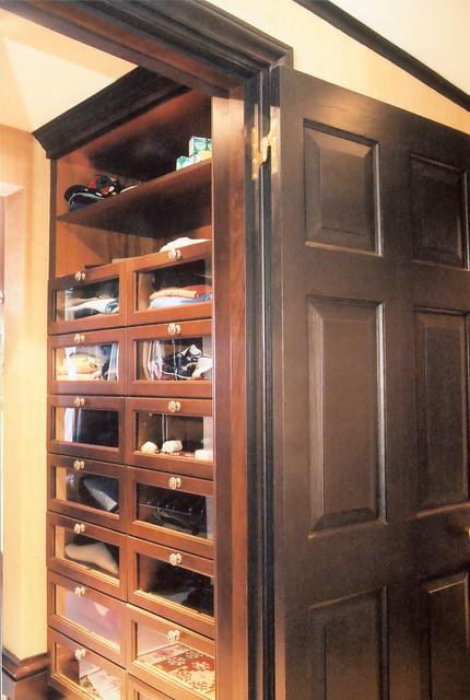 Burnt House - Closet traditional-closet