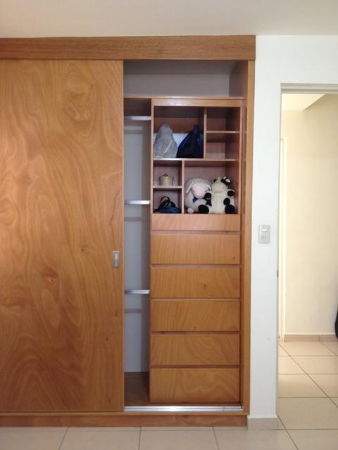 Closet de puertas corredizas contemporary closet by for Ideas para puertas de closet