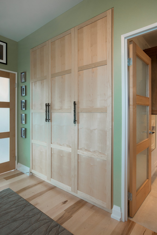 Inspiration for a contemporary closet remodel in Toronto