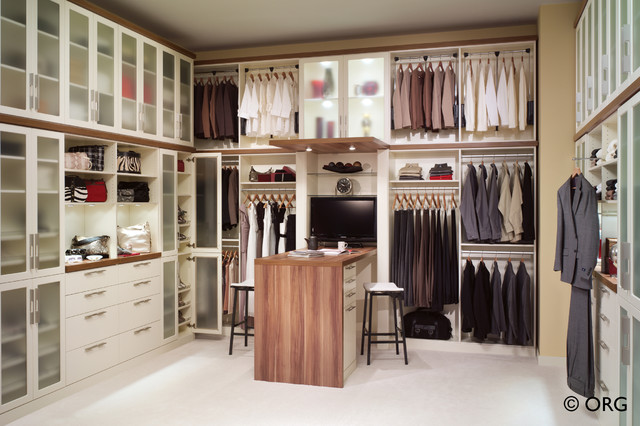 Bon Inspiration For A Large Contemporary Gender Neutral Carpeted Dressing Room  Remodel In Denver With Open
