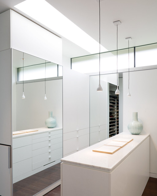 Curved House contemporary-closet