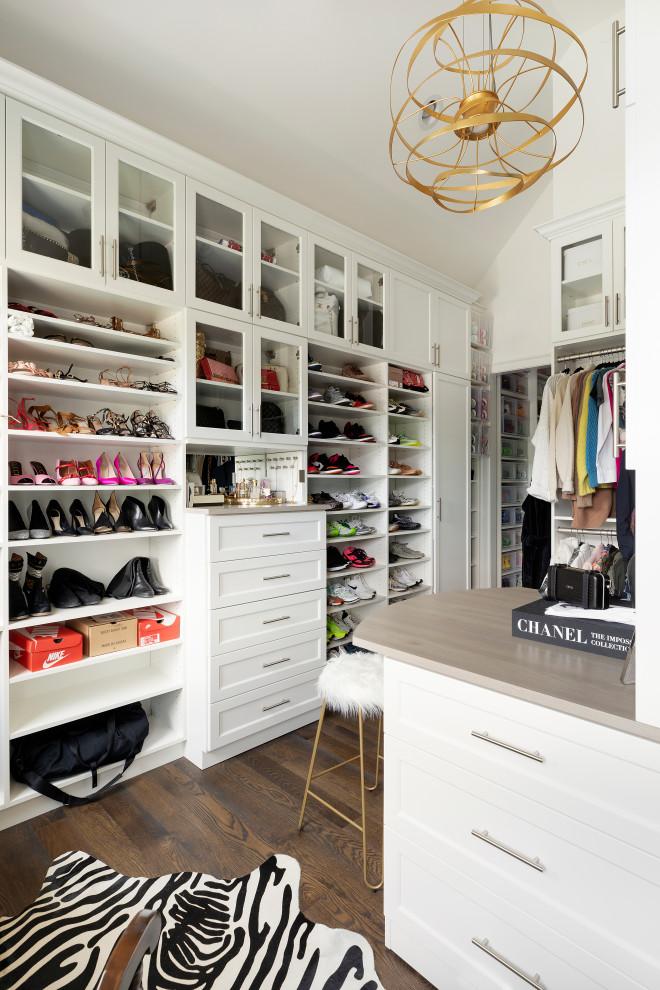 Modelo de armario vestidor abovedado, clásico renovado, con armarios abiertos, puertas de armario blancas, suelo de madera oscura y suelo marrón