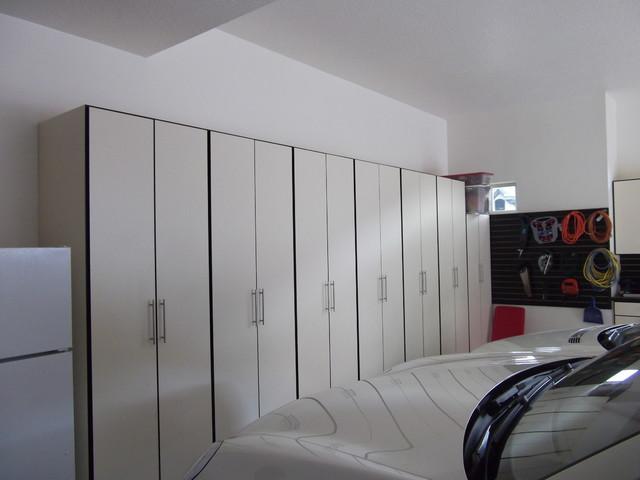 Garages contemporary-closet