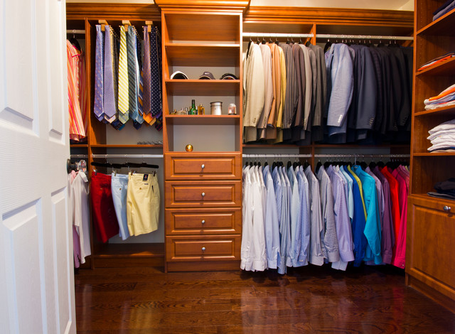 Handsome Mens walk-in closet - Klassisk - Förvaring & garderob ...