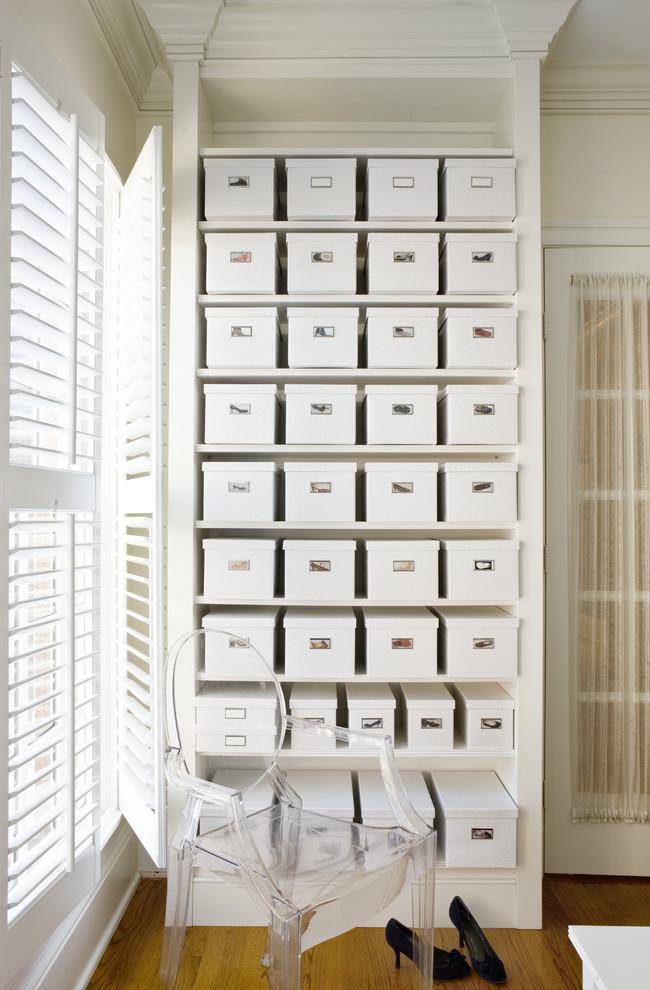 Klassisches Ankleidezimmer mit offenen Schränken, weißen Schränken und braunem Holzboden in Washington, D.C.