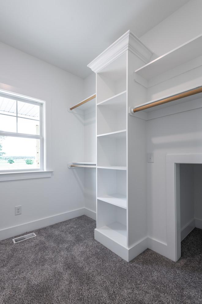 Mittelgroßer, Neutraler Landhausstil Begehbarer Kleiderschrank mit offenen Schränken, weißen Schränken, Teppichboden und beigem Boden in Sonstige