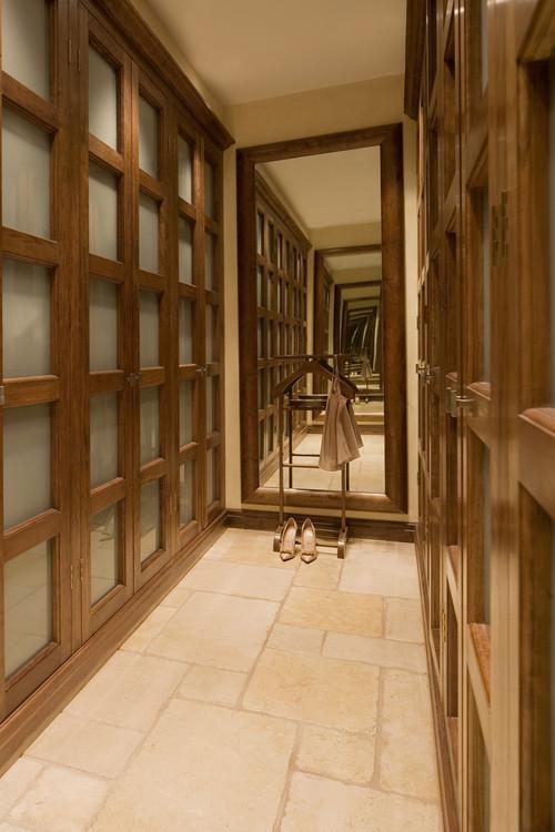 wal in closet de madera con todo cerrado y espejo al fondo