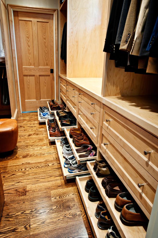 Geräumiges Klassisches Ankleidezimmer mit Ankleidebereich, hellen Holzschränken, Schrankfronten mit vertiefter Füllung und braunem Holzboden in Nashville
