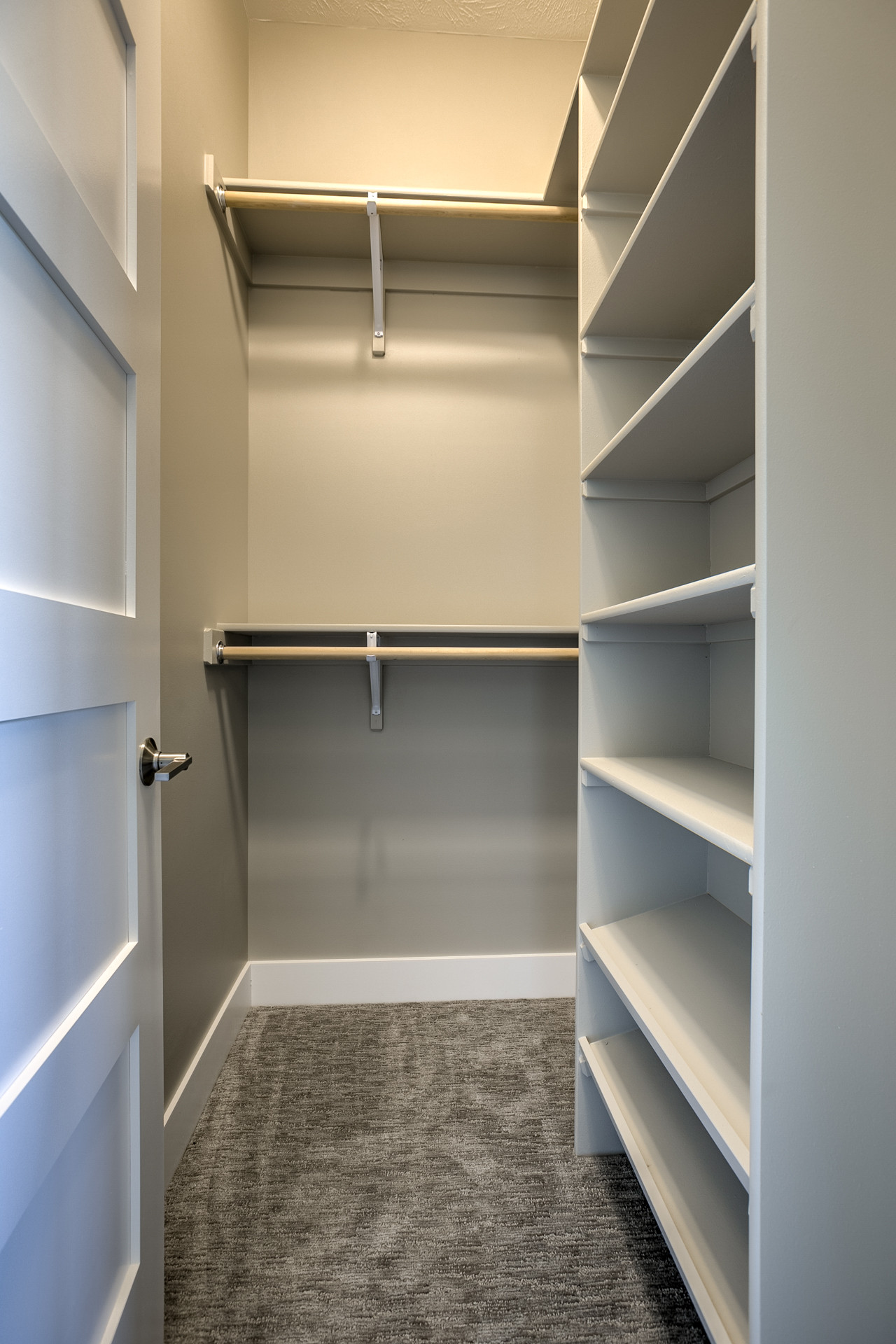 75 Beautiful Small Walk In Closet Pictures Ideas November 2020 Houzz