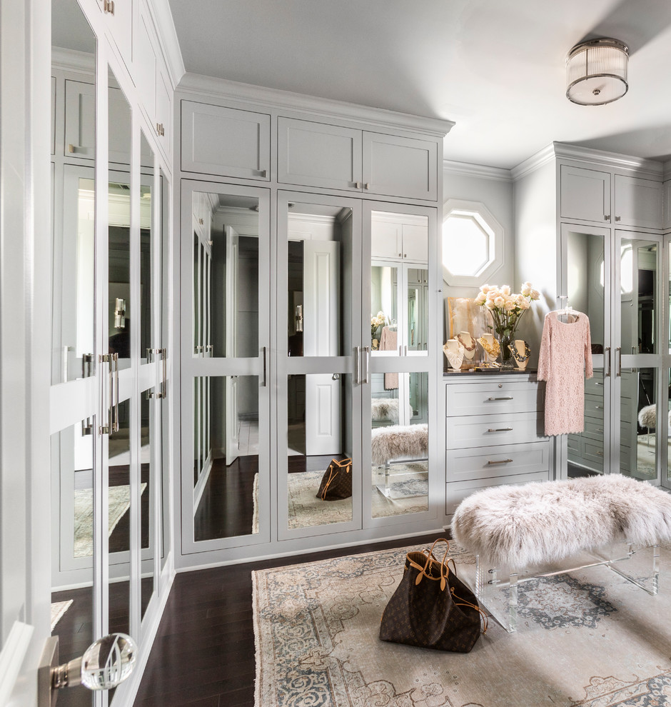 Modelo de armario vestidor de mujer, tradicional renovado, del suelo al techo, con armarios estilo shaker, puertas de armario verdes, suelo de madera oscura y suelo marrón
