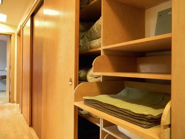 modern closet by Kimberley Bryan
