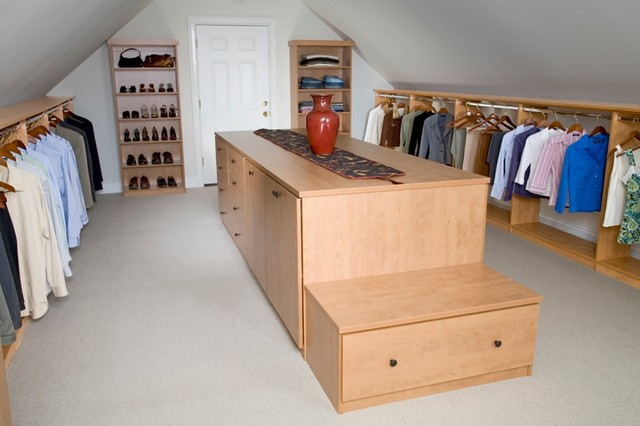 Example Of A Trendy Closet Design In Chicago