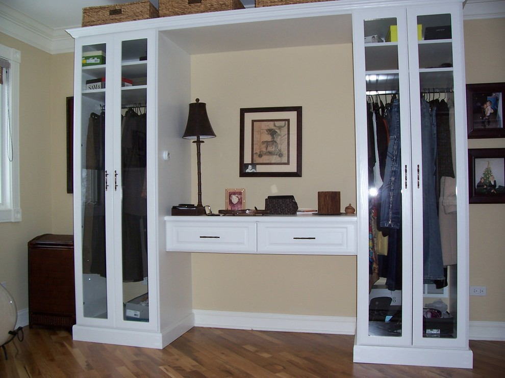Inspiration for a timeless closet remodel in Chicago