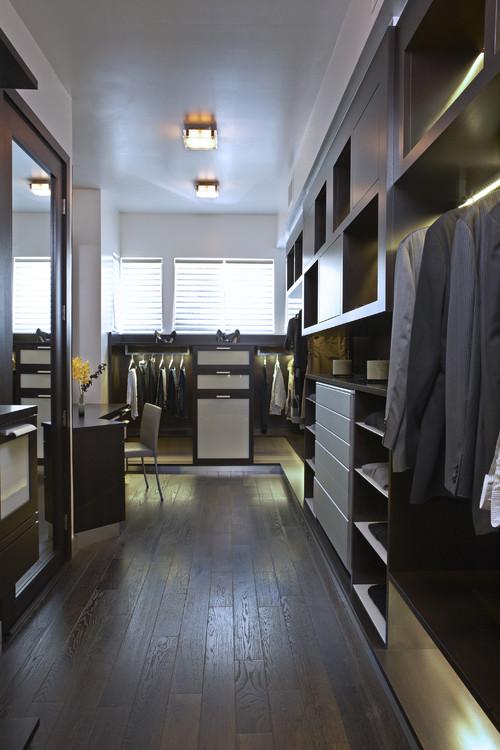 alk in closet con decoracion y estilo como si fuera una tienda