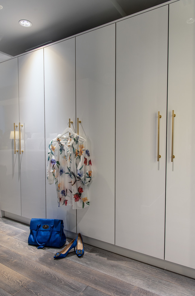 Inspiration for a mid-sized closet remodel in Toronto