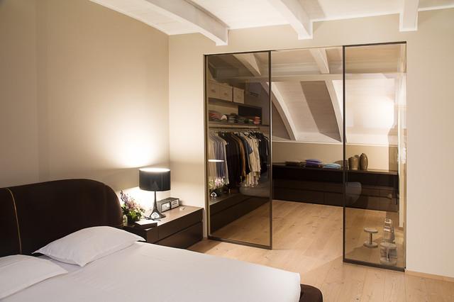 Foto di una cabina armadio per uomo contemporanea con parquet chiaro