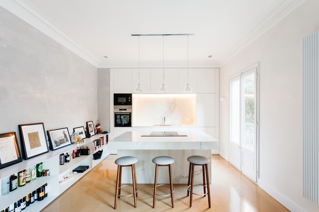 Imagen de cocina lineal, actual, de tamaño medio, abierta, con armarios con paneles lisos, puertas de armario blancas, encimera de mármol, salpicadero blanco, salpicadero de mármol, electrodomésticos de acero inoxidable, una isla y encimeras blancas