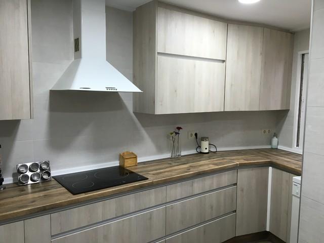 cocina con encimera imitaci n madera y puerta blanca veteada