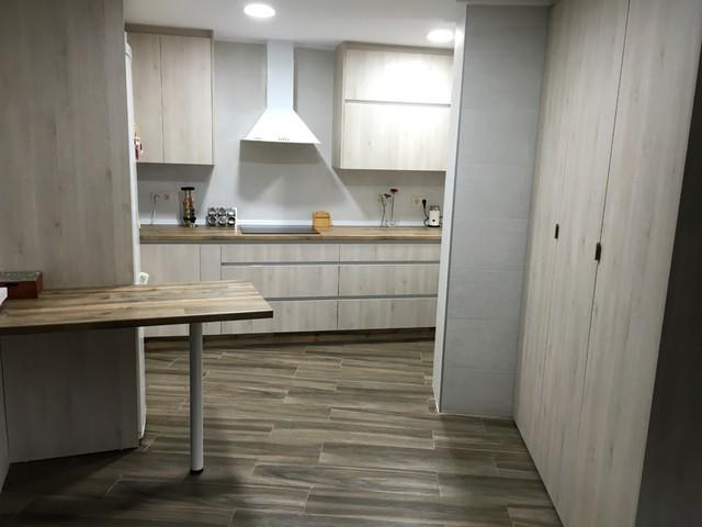 Cocina con encimera imitaci n madera y puerta blanca veteada - Cocina blanca encimera madera ...