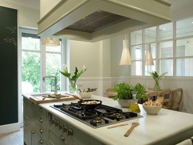Cocina de estilo belga lacada en verde, con planchador anejo