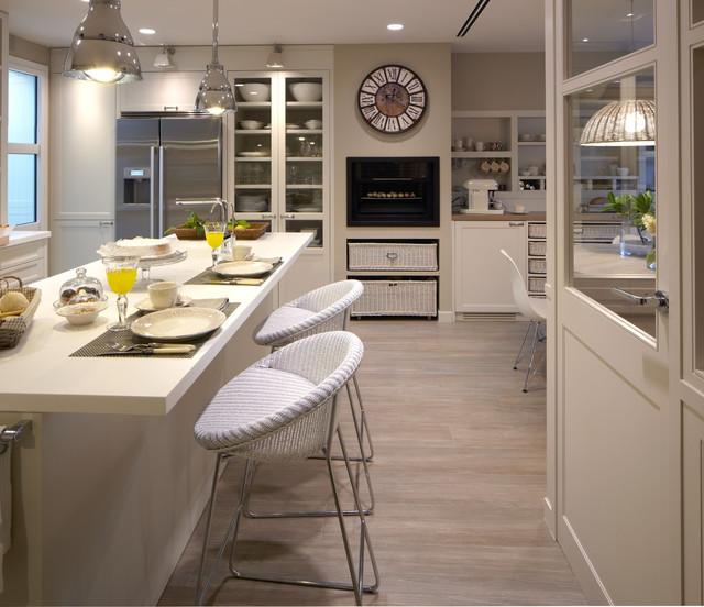 Cocina moderna con despensa y lavadero - Houzz cocinas ...