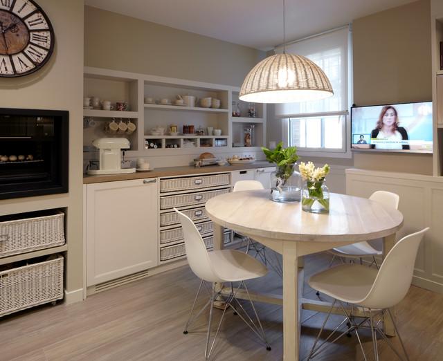 Cocina moderna con despensa y lavadero for Despensas de cocina