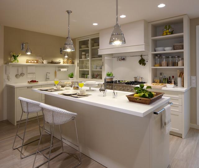 Cocina moderna con despensa y lavadero