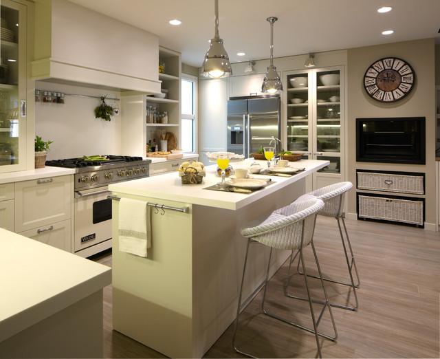 Cocina moderna con despensa y lavadero for Cocinas amplias con isla