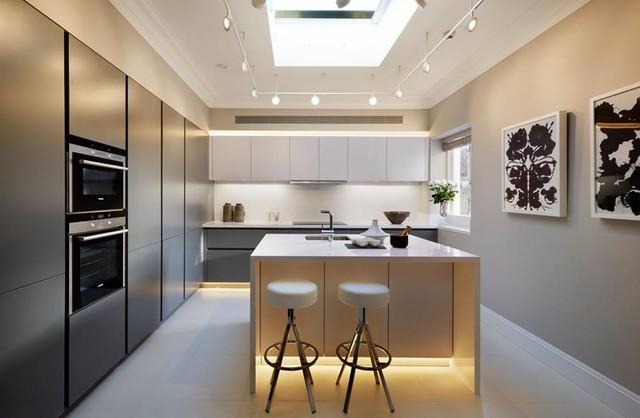 Cocina moderna Leicht con buena iluminación