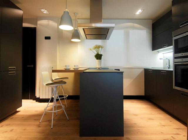 Decoración de cocina con muebles en negro y suelo laminado de madera ...