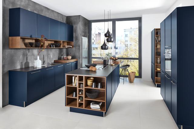 Cette photo montre une cuisine tendance avec un placard à porte plane, des portes de placard bleues, un îlot central, un évier 2 bacs, une crédence grise et un sol blanc.