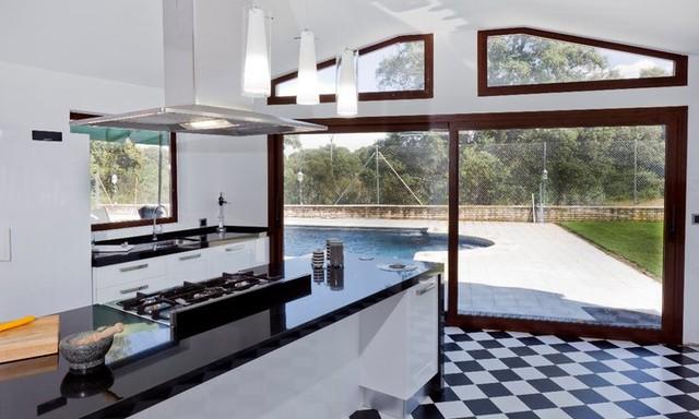 El juego del blanco y negro en una cocina contemporary - Cocinas en negro ...