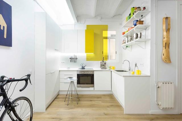 Immagine di una piccola cucina minimal con lavello a vasca singola, ante lisce, ante bianche, paraspruzzi bianco, paraspruzzi con piastrelle in ceramica, elettrodomestici in acciaio inossidabile, pavimento in legno massello medio e nessuna isola